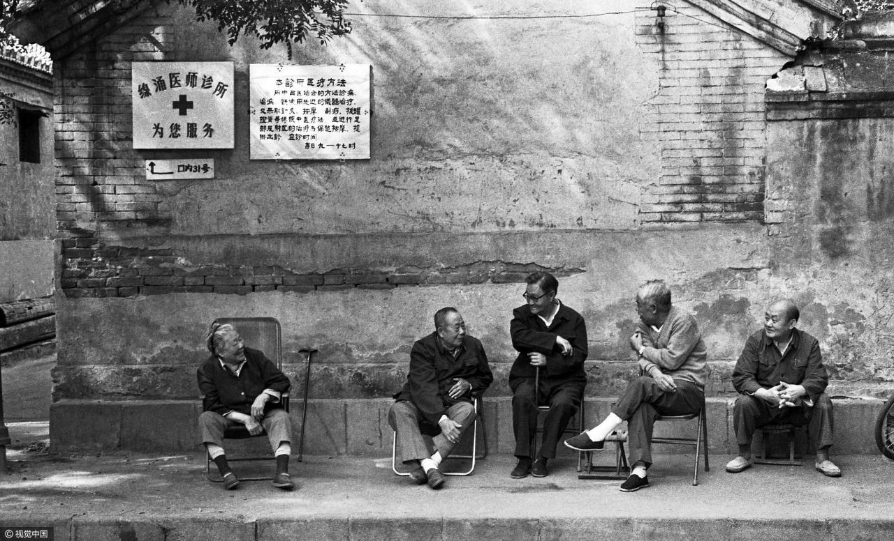1996年,北京胡同里正在闲谈的大爷们。/ 视觉中国
